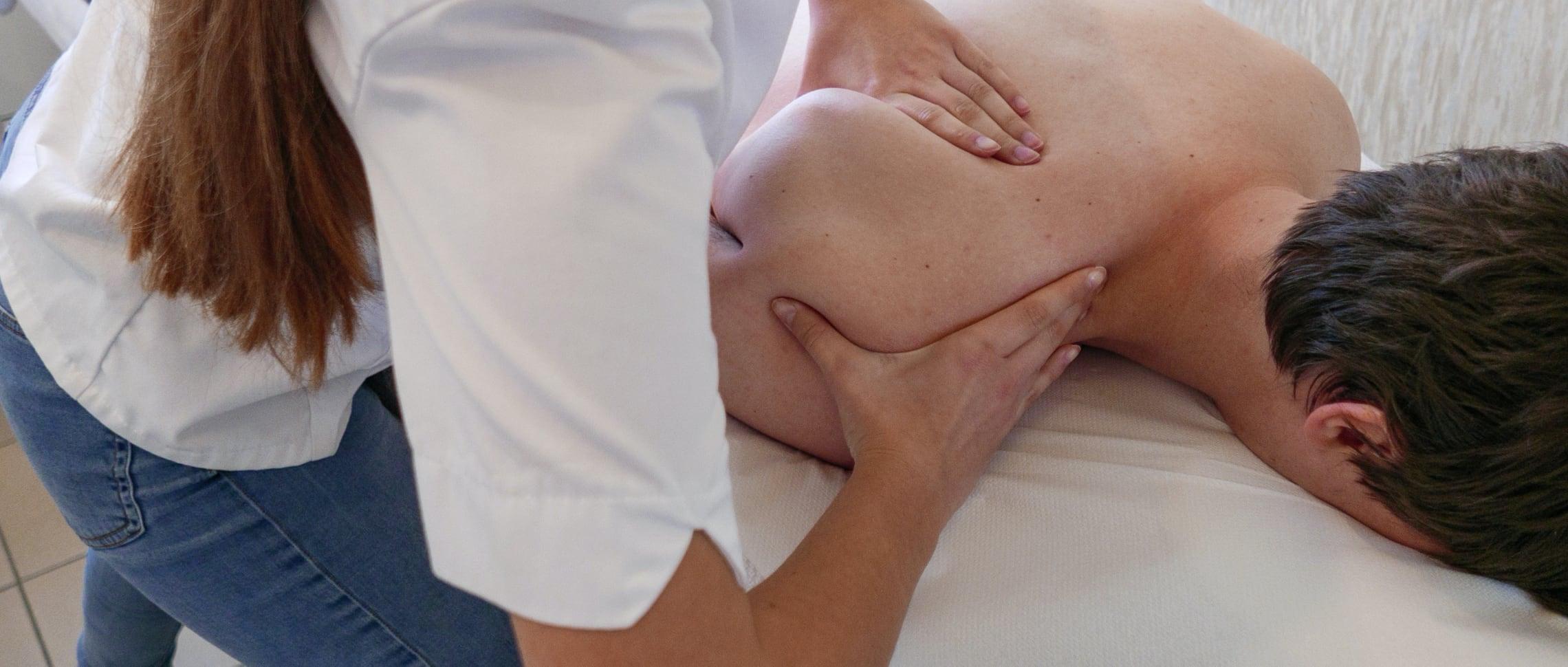 kiropraktor-utför-kiropraktik-skuldran
